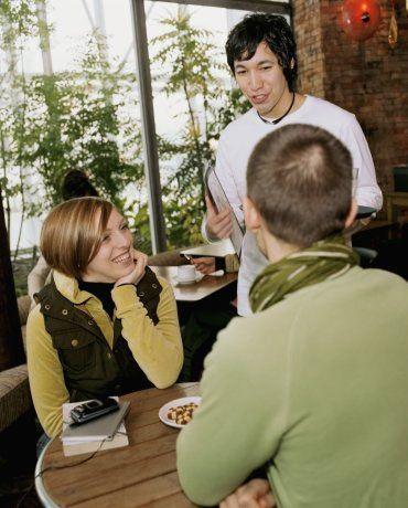 """Onunla ilk buluşmanızda bunları sakın yapmayın!   """"Eski sevgilim bu restorana bayılırdı"""" itirafının ardından ilginç bir yemek önerip eski sevgilimin en sevdiği yemektir demeyin!"""